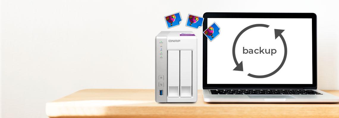 Qnap TS-231P ao lado de um notebook realizando o backup e transportando fotos para o dispositivo de armazenamento de dados doméstico