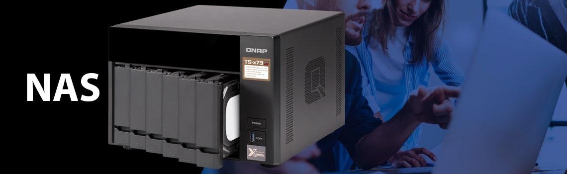 Storage NAS Qnap ao lado de uma imagem de escritório com pessoas a frente de um computador