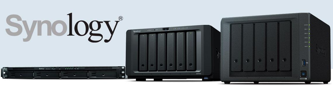 Synology - três NAS Synology enfileirados com o formato de rack e desktop