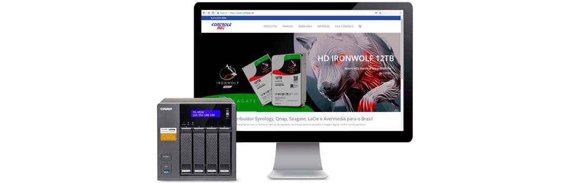 storage qnap com computador ao lado no site da Controle Net especialista em armazenamento de dados