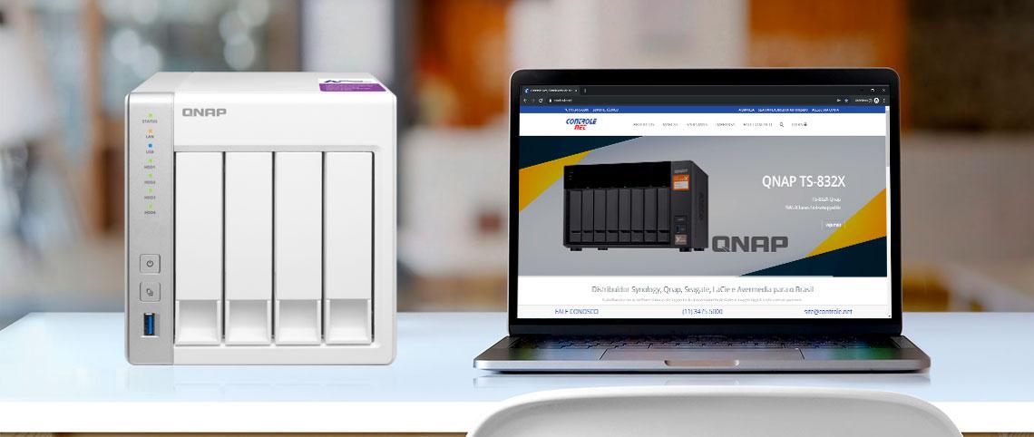 Utilizar dispositivos hot swappable e como evitar perdas e downtime, um TS-431P ao lado de um notebok com a página do site da Controle Net