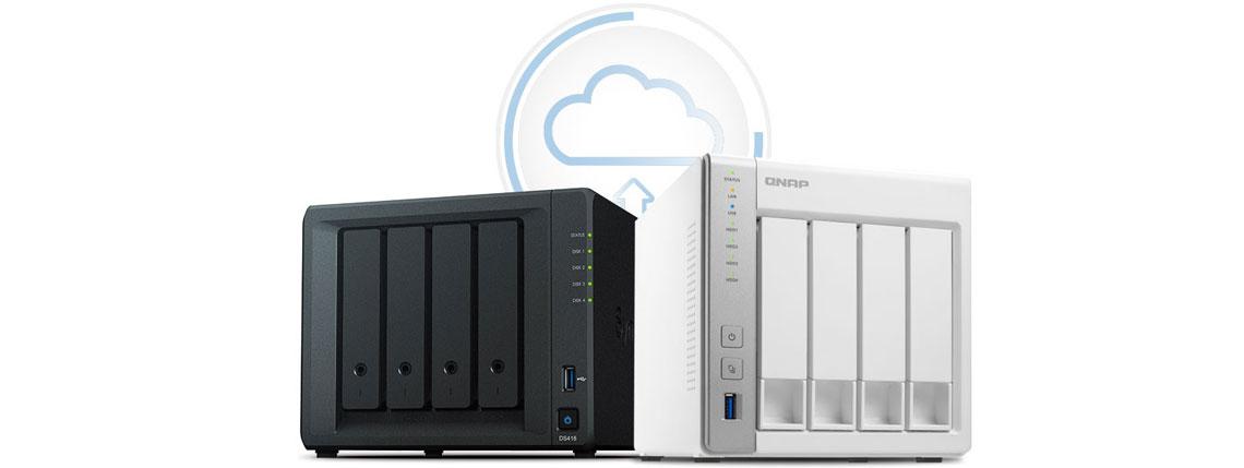 Equipamentos NAS das marcas Synology e Qnap com símbolo de armazenamento em nuvem atrás deles