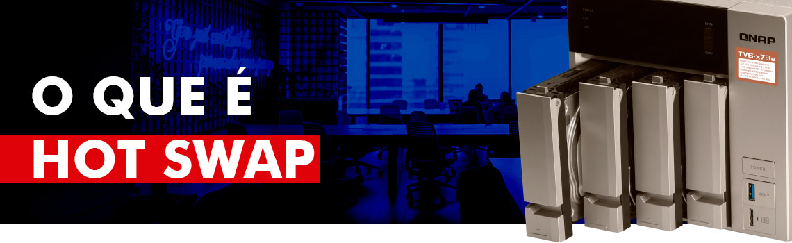 O que é Hot Swap - equipamento de armazenamento de dados Qnap TVS-473e com as baias para discos rígidos abertas com hds instalados e de fundo um ambiente de escritório