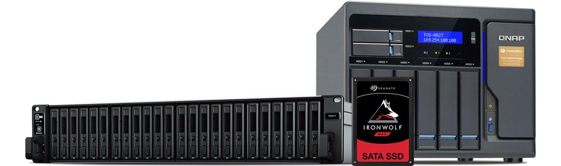 NAS Qnap TVS-882T e Synology FS2017 com SSD Seagate IronWolf 110 ao lado