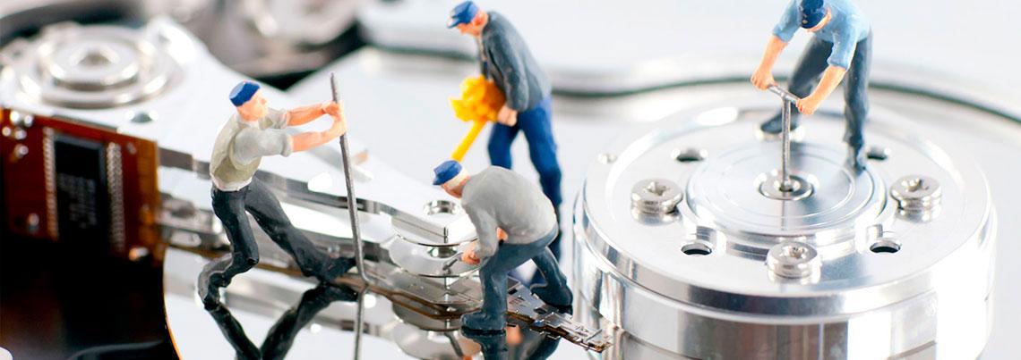 Imagem de um HD aberto com pessoas fazendo manutenção do disco garantindo a segurança dos arquivos