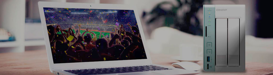 Qnap TS-251A com notebook ao lado reproduzindo vídeo em um ambiente doméstico