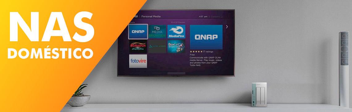 NAS doméstico, ambiente de uma sala de tv com um storage NAS Qnap de duas baias na estante abaixo de uma tv com a tela de usuário conectado ao NAS