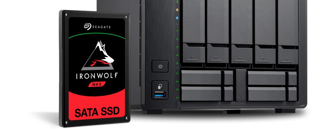 SSD Seagate IronWolf 110 para uso em NAS, ao lado do storage NAS Qnap TS-932X