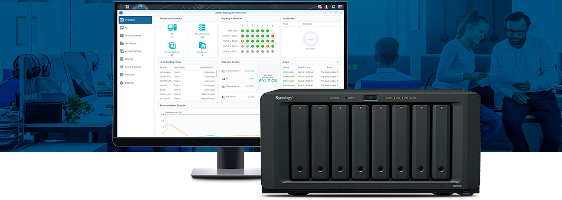 Storage NAS Synology com a tela do Active Backup na tela ao lado
