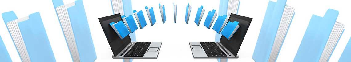 Dois notebooks transmitindo arquivos para backup