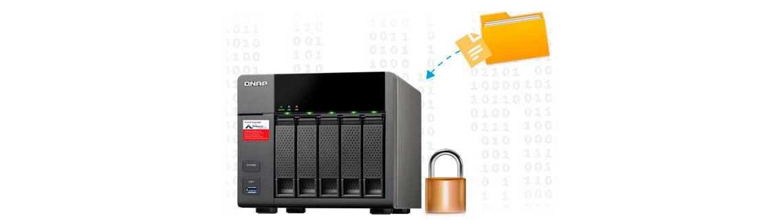 Storage NAS Qnap com 5 baias para HDs com uma pasta de dados ao lado de um cadeado