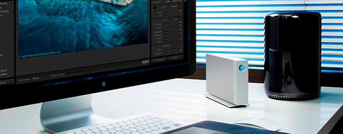 Mesa de escritório com Mac Pro e um hd externo LaCie d2 Thunderbolt