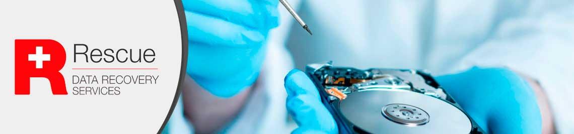 Especialista em recuperação de dados abrindo um HD quabrado para realizar a restauração de dados