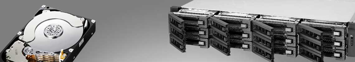Imagem de HD ao lado de um storage NAS Qnap de rack